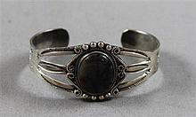 NATIVE AMERICAN SILVER CUFF BRACELET WITH AGATE ACCENT, 2 1/4