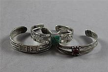 THREE NATIVE AMERICAN STERLING SILVER CUFF CUFF BRACELETS INCLUDING TURQUOISE AND AGATE ACCENTED, 2 3/8