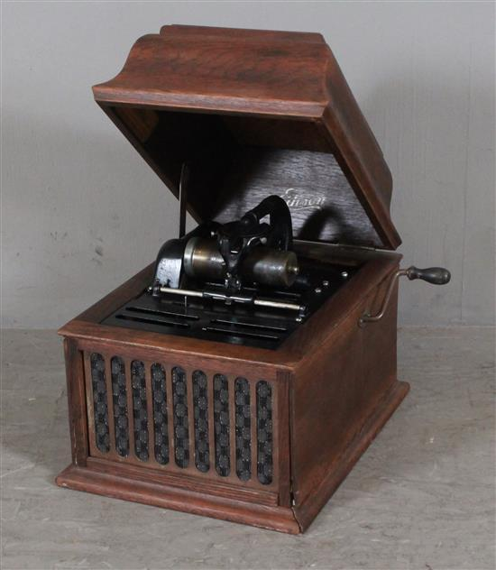 EDISON CYLINDER RECORD PLAYER IN OAK CASE WITH LID AND BUILT-IN SPEAKER. IN WORKING CONDITION WHEN CATALOGUED, 15