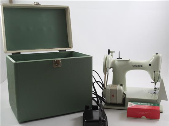 WHITE SINGER FEATHERWEIGHT SEWING MACHINE IN CASE MADE IN GREAT BRITAIN
