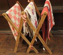 MINIATURE WOOD DRYING RACK WITH 3 PIECED AND APPLIQUE DOLL QUILTS, RACK 10