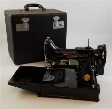 SINGER FEATHERWEIGHT PORTABLE SEWING MACHINE IN CASE
