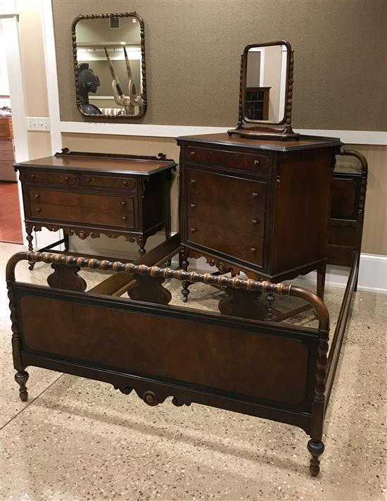BERKEY & GAY 5-PIECE MAHOGANY 1920s BEDROOM SUITE, INCLUDES FULL BED, CHEST WITH SHAVING MIRROR, AND LOW CHEST WITH WALL MIRROR