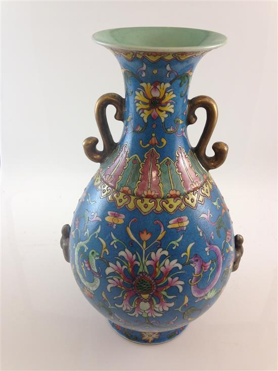CHINESE PORCELAIN URN WITH BLUE BACKGROUND AND GOLD HANDLES, 13