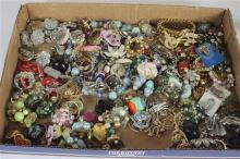 BOX LOT ASSORTED COSTUME JEWELRY. MOSTLY EARRINGS. INCLUDES: BRUSHED ART NOVEAU STYLE SNAPBACK GOLD TONE EARRINGS FROM TRIFARI, DIAN...