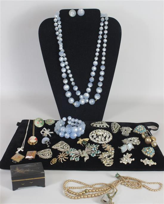 BOX LOT COSTUME JEWELRY AND ACCESSORIES INCLUDING: SILVER TONE CZ PINS AND SNAPBACK EARRINGS IN ROUGH CONDITION, HINGED BOX WITH ORI...