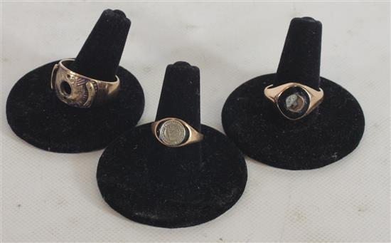 LOT MARKED 10KT GOLD RINGS INCLUDING: SIZE 11 RING MOUNT, WARPED AND DAMAGED SIZE 8 RING, SIZE 6 RING WITH SILVER TONE COIN WITH LAT...