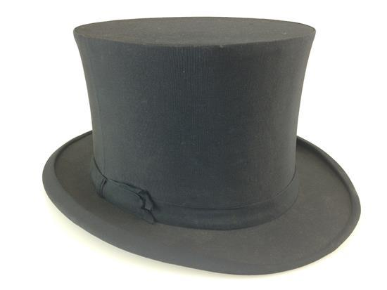 COLLAPSIBLE TOP HAT WITH GOLDEN LION CREST MARK
