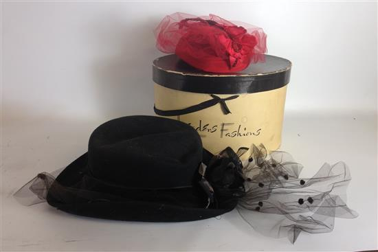 2 VINTAGE LADIES HATS INCLUDING BLACK RIDING HAT AND RED DRESS HAT WITH HAT BOX