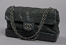 CHANEL, Mademoiselle à base rigide en cuir matelassé noir pailleté, double anse en chaine en métal argenté brossé entrelacée de cuir...