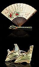 ÉVENTAIL EN BAMBOU INCRUSTÉ DE NACRE, IVOIRE TEINTÉ ET LAQUÉ, ET SON ÉTUI EN SOIE TISSÉE, CHINE, DYNASTIE QING, ÉPOQUE JIAQING (1796...