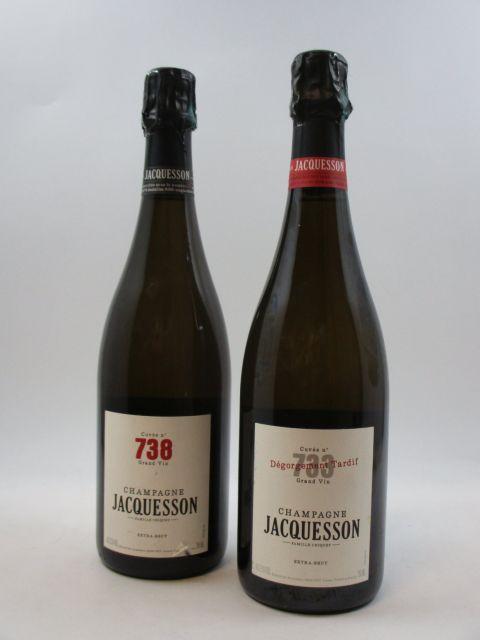 2 bouteilles 1 bt : CHAMPAGNE JACQUESSON Cuvée n°733. Extra Brut 1 bt : CHAMPAGNE JACQUESSON Cuvée n°738. Extra Brut (étiquette...