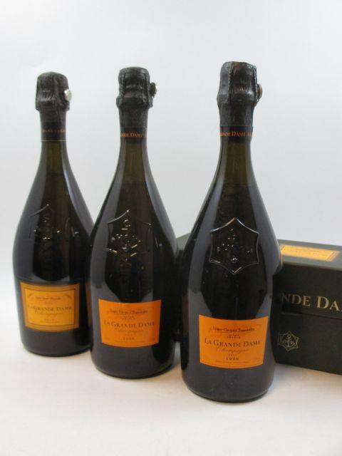 3 bouteilles 1 bt : CHAMPAGNE VEUVE CLICQUOT 1995 La Grande Dame Etui d'origine