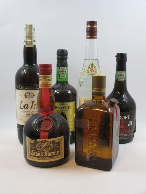 6 bouteilles  1 bt :  KIRSH  Morand 1 bt :  SHERRY  La Ina 1 bt :  GRAND MARNIER (étiquette déchirée)  1 bt :  COINTREAU...