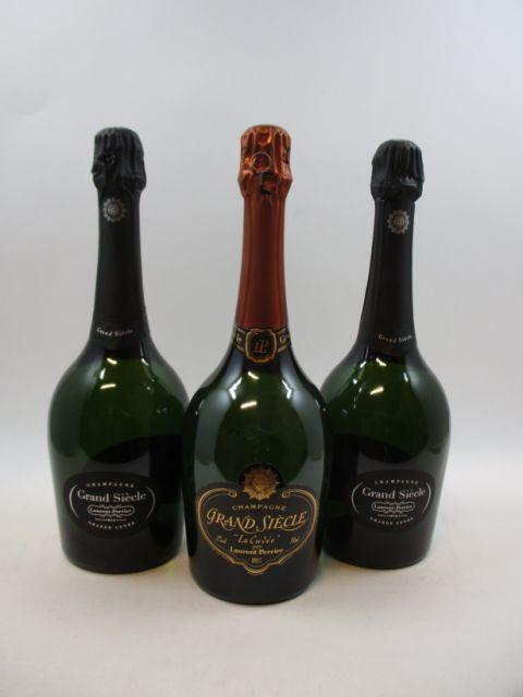 3 bouteilles CHAMPAGNE LAURENT PERRIER Grand Siècle (dont 2 étuis d'origine et 1 habillage plus ancien) (cave 12)