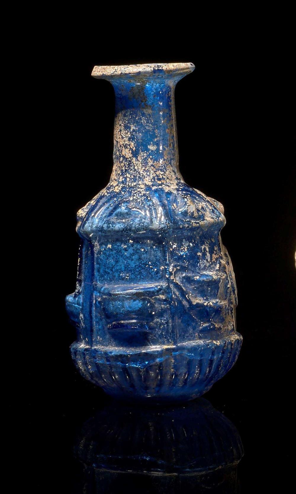 Flacon d cor de vases en verre moul art romain vers le for Decoration vase en verre