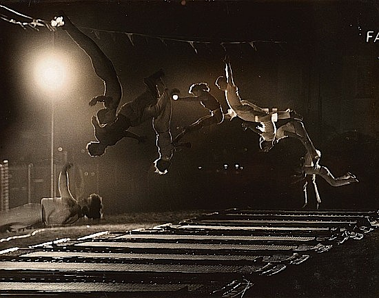 ¤Ralph CRANE (1913-1988) Acrobats in Mid-Air, 1960 Tirage argentique d'époque