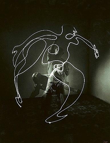 ¤Gjon MILI (1904 - 1984) Picasso Space Drawing, France, 1949 Tirage argentique d'époque