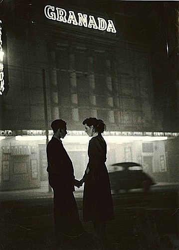¤Bert HARDY (1913 - 1995) Man and Woman in Front of the Granada, London, Années 1950 Tirage argentique d'époque