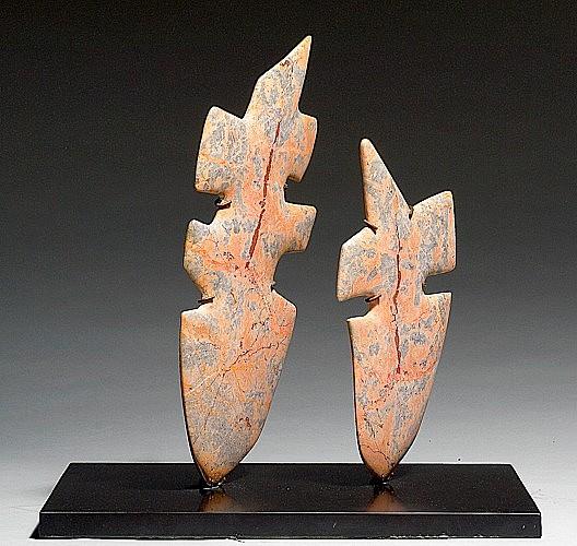 Etienne HAJDU (1907-1996) LES CLOWNS, 1953 Sculptures en marbre rose veiné reposant sur un socle en marbre noir