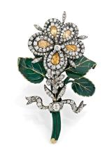 BROCHE TREMBLEUSE En alliage d'or jaune 14k (585) et argent, stylisée d'une fleur à cinq pétales, sertis chacun d'une topaze pirif..