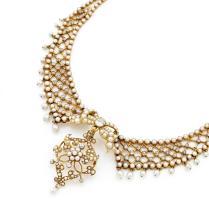 COLLIER DE GENRE COLLERETTE En or jaune 18k (750), formé de deux rangs de demi-perles fines en chute, dans sa partie frontale, orn...