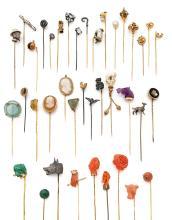 COLLECTION D'EPINGLES DE CRAVATE En or 9k (375), 14k (585), 18k (750), argent ou métal, ornée d'une perle fine piriforme, d'une so..