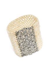 BRACELET MANCHETTE Formé d'un large ruban de semences de perles, le fermoir en platine (950) articulé, finement ajouré de rosaces...