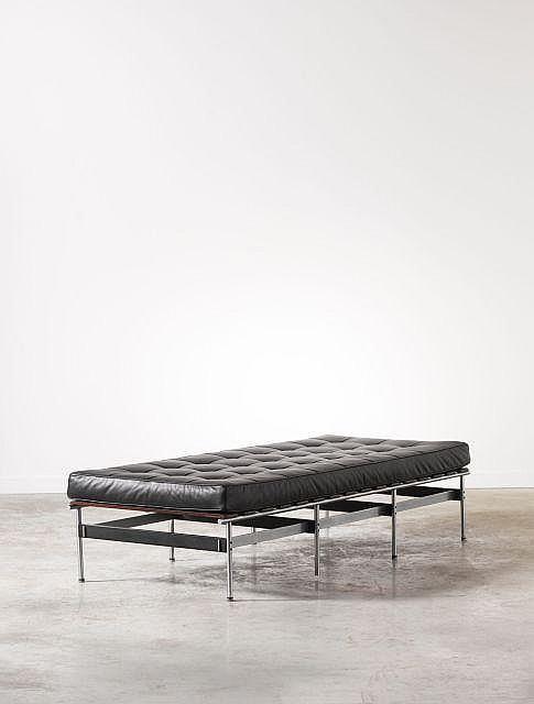 KHO LIANG LE (1927 - 1975) Lit de repos - 1960 Structure métallique, lattes en palissandre massif, matelas recouvert de cuir noir ca...