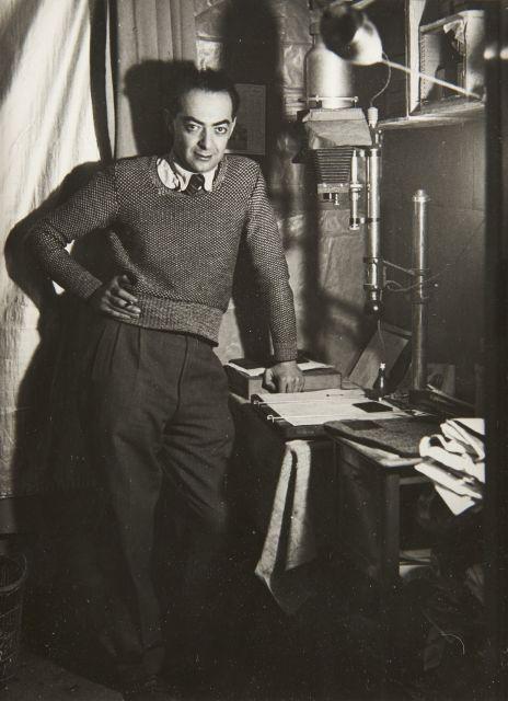 Gyala Halász, dit BRASSAÏ (1899 - 1984) Autoportrait dans son laboratoire - 1932 Épreuve argentique d''époque sur papier Kodak