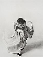 Louis FAURER (1916-2001) Bowing for the Vogue Collections, Paris - 1972 Épreuve argentique