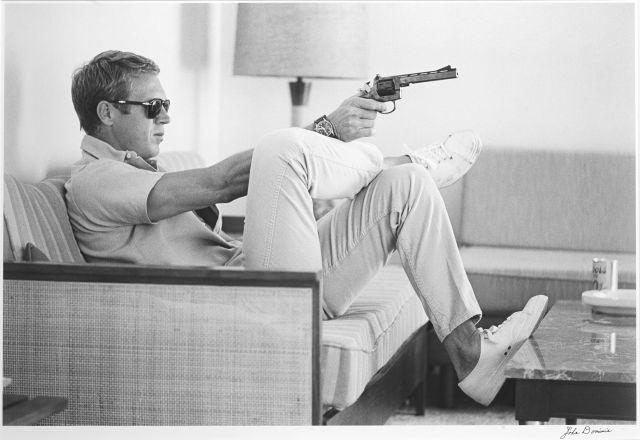 John DOMINIS (1921-2013) Steve McQueen & his gun, Palm Springs - 1963 Épreuve argentique