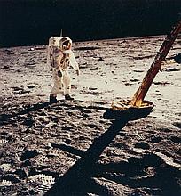 NASA  Mission Apollo 11, Buzz Aldrin sur le sol lunaire à côté du module - 20 juillet 1969 Épreuve en couleurs sur papier Kodak