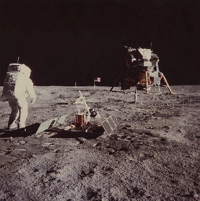 NASA  Mission Apollo 11, Buzz Aldrin à côté du module lunaire - 20 juillet 1969 Épreuve en couleurs d''époque sur papier Kodak