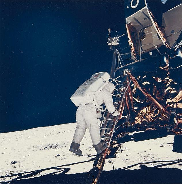 NASA  Mission Apollo 11 : Buzz Aldrin descendant de l''échelle du module Igel - 21 juillet 1969 Épreuve en couleurs d''époque sur papi.