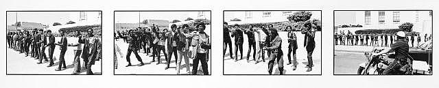 Howard BINGHAM (Né en 1939) SHOOTIN' AT THE PIGS (BLACK PANTHERS) – 1967 Tirage chromogénique