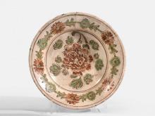 PETIT PLAT EN GRÈS ÉMAILLÉ POLYCHROME, CHINE, CIZHOU, DYNASTIE YUAN MING (1279-1644)