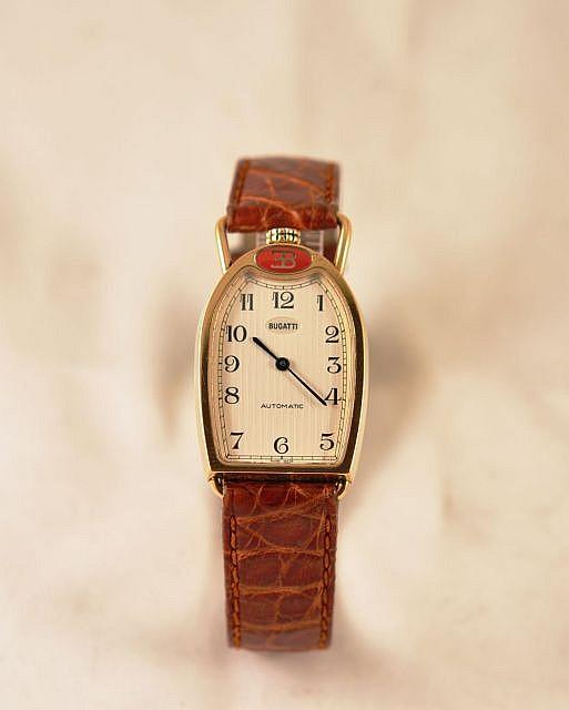 BUGATTI CALANDRE n° 00181 vers 1990 Belle montre bracelet en or reprenant la fameuse forme de fer à cheval des calandres de Bugatti ...