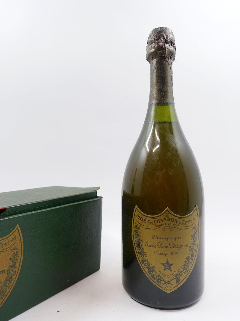 1 bouteille CHAMPAGNE DOM PERIGNON 1970 (légèrement bas, étiquette léger abimée) Coffret d'origine léger abimé