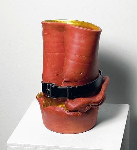 Franck SCURTI (Né en 1965) EMPTY WORLD N°10, 2008 Terre cuite, feuille d'or et ceinture de cuir