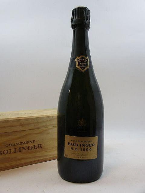 1 bouteille CHAMPAGNE BOLLINGER RD 1990 (dégorgé le 5 Mars 2002) Coffret bois d''origine abimé par l''humidité (Cave 15)