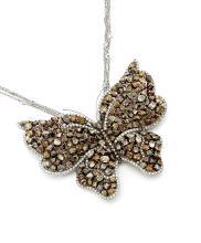 PENDENTIF En or gris 18k (750), stylisé d'un papillon, les ailes ajourées d'un pavage mulicolore de diamants de tailles différente...