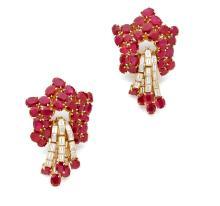 PAIRE DE CLIPS D'OREILLES Au modèle du lot précédent, sertis de rubis et de diamants baguette Poids des rubis : env. 52 ct Hau...