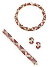 PARURE En or jaune 18k (750), composée d'un collier, d'un bracelet et d'une paire de clips d'oreilles formés chacun d'un bandeau s