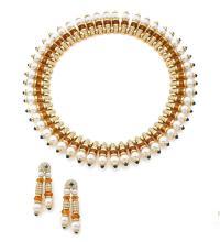 BULGARI COLLERETTE ET PAIRE DE PENDANTS D'OREILLES En or jaune 18k (750), articulé de motifs côniques sertis de diamants taillés...