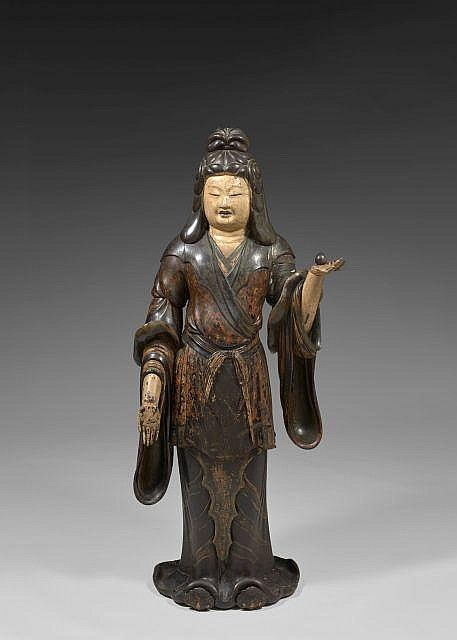 GRANDE SCULPTURE DE KANNON EN BOIS LAQUÉ POLYCHOME, JAPON, ÉPOQUE EDO, XVIIIe-XIXe SIÈCLE