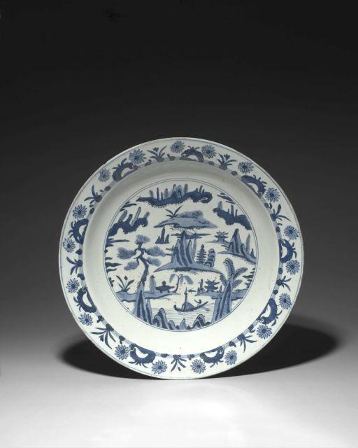 GRAND PLAT EN PORCELAINE BLEU BLANC, CHINE, DYNASTIE MING, ÉPOQUE JIAJING (1522-1566)