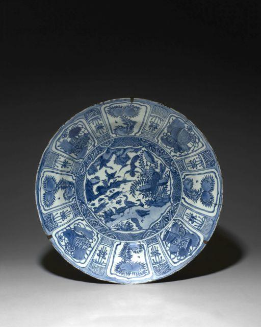 GRAND PLAT EN PORECELAINE BLEU BLANC, KRAAK, CHINE, FIN DE LA DYNASTIE MING, ÉPOQUE WANLI (1573-1620)