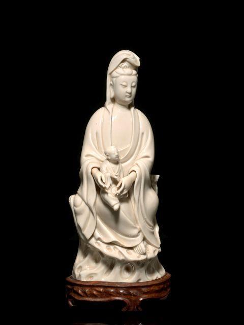 STATUETTE DE GUANYIN EN PORCELAINE BLANC DE CHINE, CHINE, DYNASTIE QING, XVIIIe-XIXe SIÈCLE