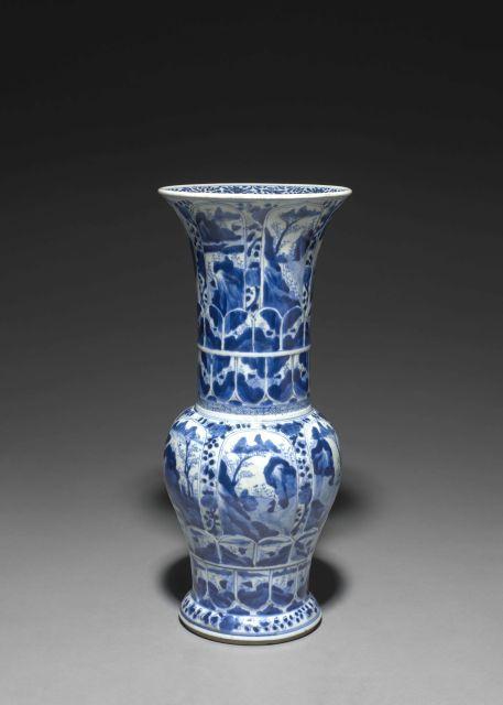 VASE YENYEN EN PORCELAINE BLEU BLANC, CHINE, DYNASTIE QING, ÉPOQUE KANGXI (1662-1722)